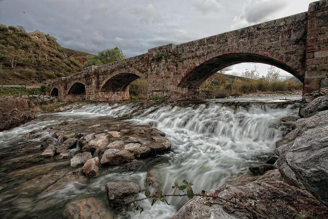 El puente sobre el Rio Oja en Ezcaray