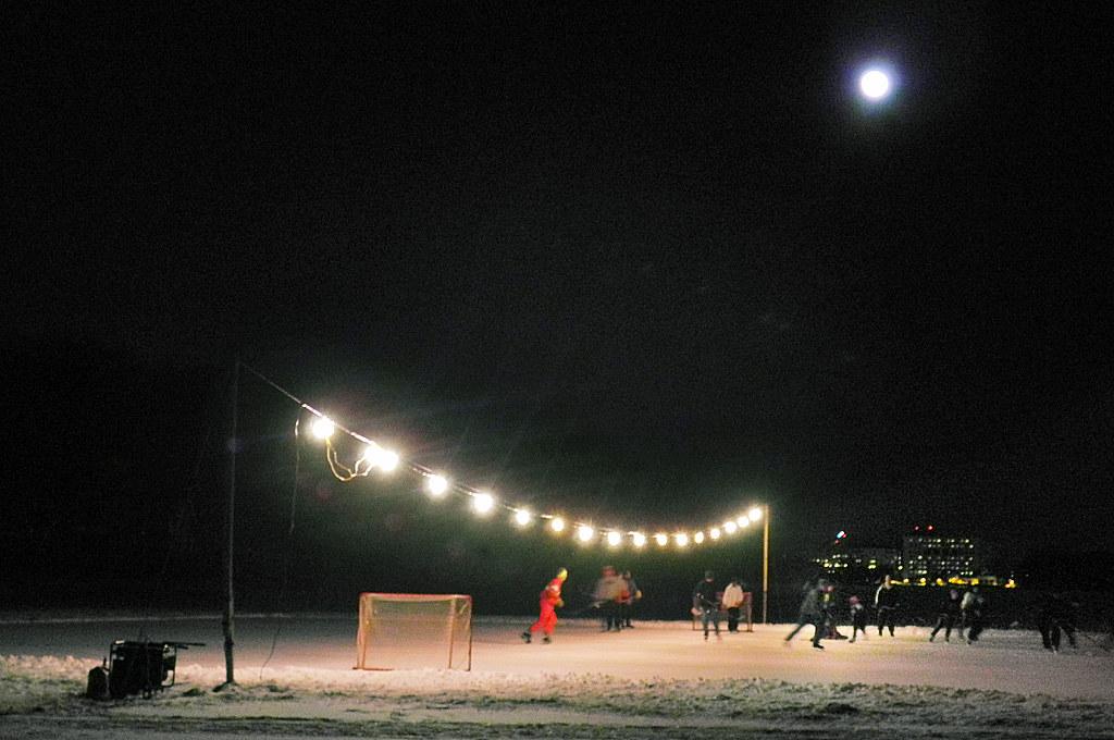 Moon Over Lake Wingra >> Holiday Lights And Night Hockey On Lake Wingra The Full Mo Flickr