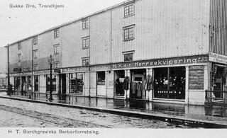 Kjøpmannsgata 69 / Borchgrevinks barberforretning ved Bakke bro (1908)