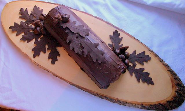 bûche de noël - oak leaves & acorns
