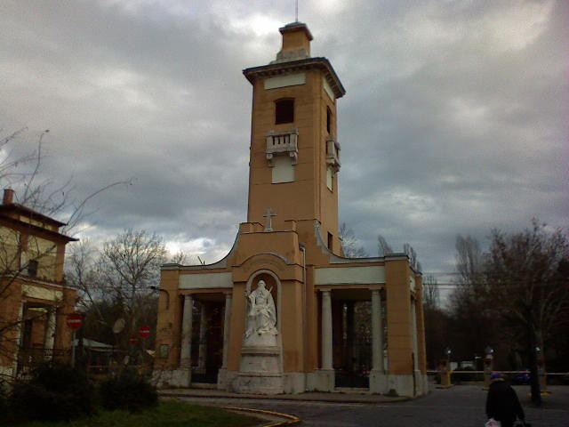 Az Új Köztemető főbejárata egy borús november végi délután
