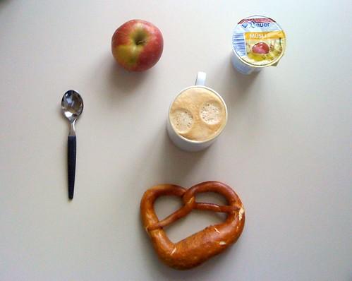 Bretzel, Apfel & Bauer Müsli Joghurt | by JaBB