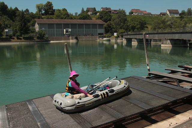 Schlauchboot - Gummiboot ob dem ersten Wehr Rheinau ( Stauwehr - Staumauer ) beim Kraftwerk Rheinau ( Laufwasserkraftwerk ) mit der 117 Meter langen Wehrbrücke am Rhein ( Hochrhein ) bei Rheinau im Zürcher Weinland im Kanton Zürich der Schweiz