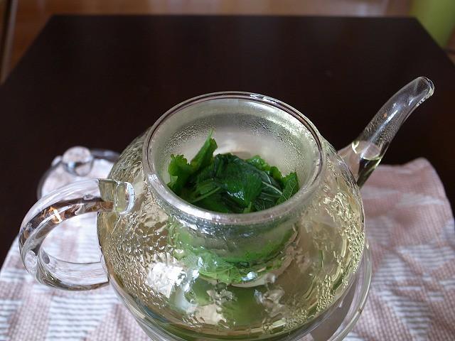 <p>c)お湯を注ぐと鮮やかはグリーンに変わります。</p>