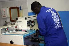 En la imagen se muestra a un alumno del PCPI manejando una de las máquinas de las que dispone el centro para hacer prácticas.