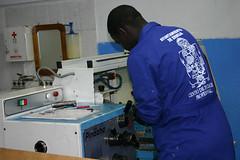 En la fotografía se puede observar a un alumno del PCPI manejando una máquina de uno de los talleres del centro.