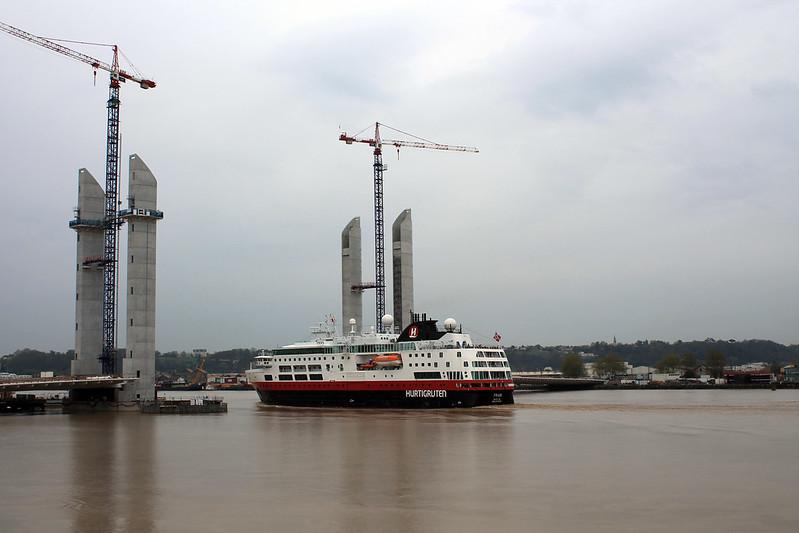Le Fram franchit le Pont Levant Bacalan-Bastide - Départ du ms Fram - Bordeaux - 05 avril 2012