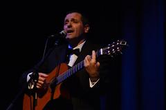 En la imagen se puede ver a uno de los miembros del grupo tocando la guitarra y cantando  Fotografía cedida por el fotógrafo local Óscar Blanco Gutiérrez