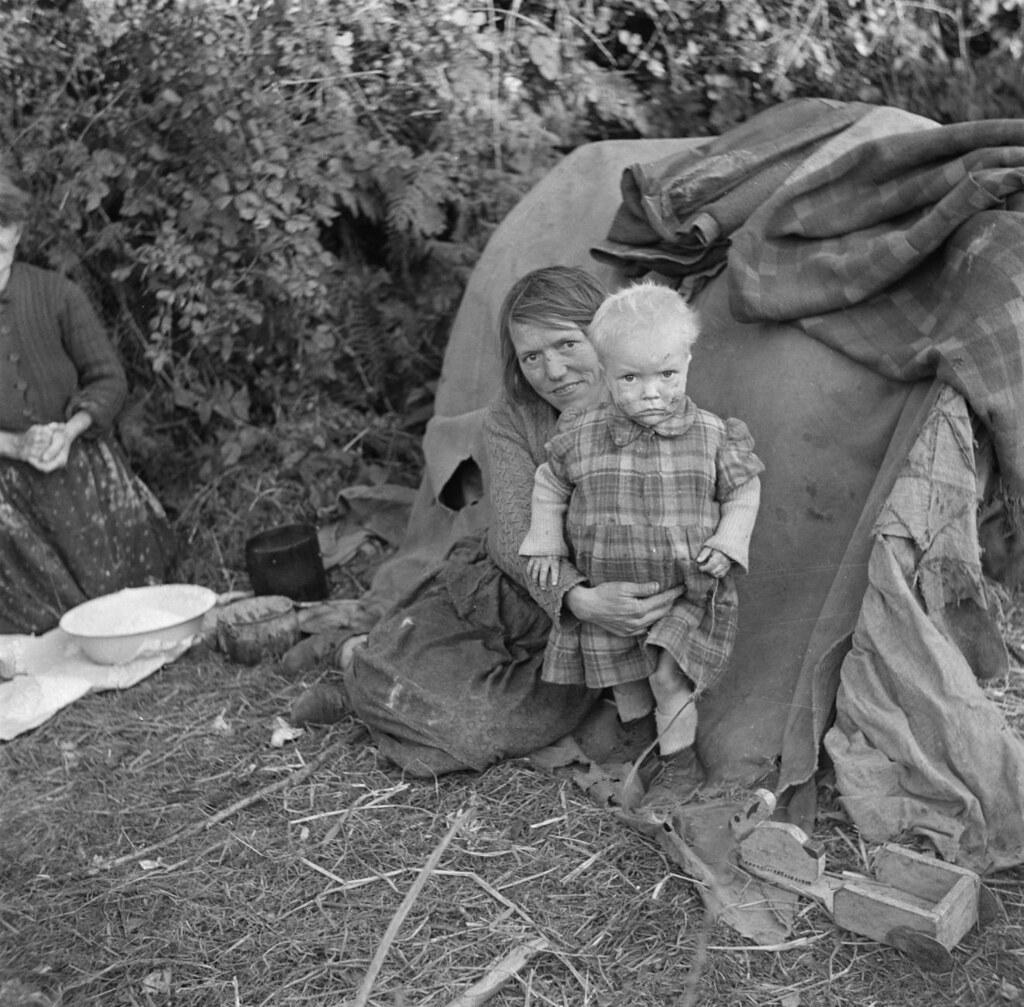 Ierse ketellappers: moeder en kind bij een provisorische tent / Irish tinkers: mother and child in front of their so-called tent