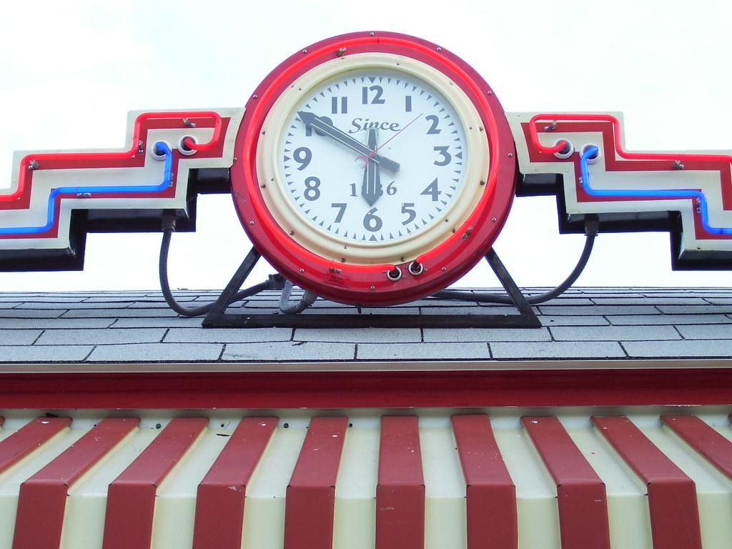 Neon clock, Boulevard Diner, Worcester, Mass  | The neon clo