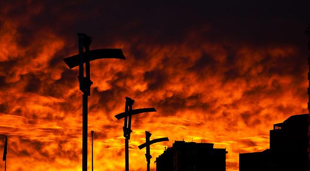 ..hay clavadas tres cruces...