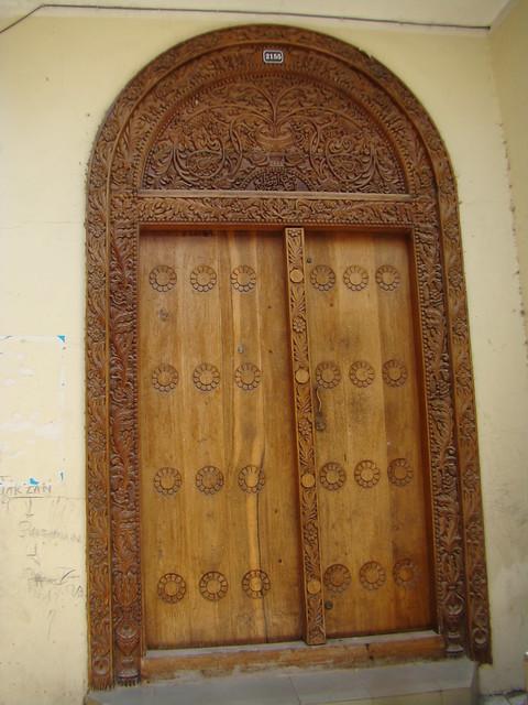 contra ventana exterior de madera tallada de casa estilo India Stone Town isla Zanzíbar Tanzania 11