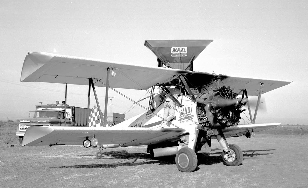 Stearman PT-13B (40-1586) N4792V | Crop seeder loading near … | Flickr