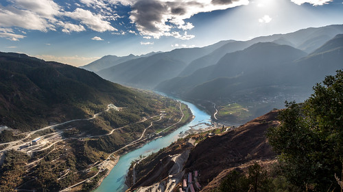 Yangzi river in Tiger Leaping Gorges | by Yoann Gauthier