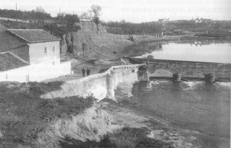 """Molinos de Buenavista a comienzos del siglo XX, """"río chico"""". Al fondo, el Palacio de Buenavista. Fotografía Rodriguez"""
