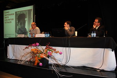 Miguel Santos ofrece su conferencia acompañado en la mesa por Pablo Navallas y el concejal José Luis Araujo
