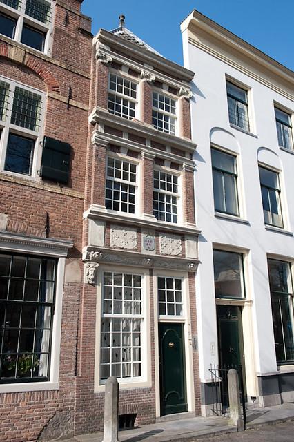 Nieuwegracht 37, voormalig woonhuis van de familie van Weede van Dijkveld. Op de gevel is het familiewapen te zien. Foto: Anna van Kooij.