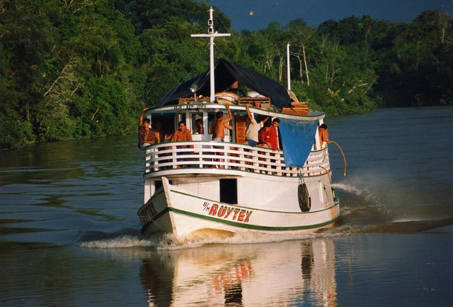 barco no amazonas