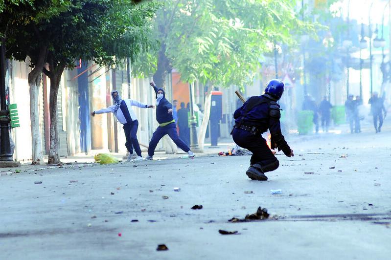 110109 Algeria slashes food prices amid riots | الجزائر تخفض أسعار المواد الغذائية وسط الاحتجاجات | L'Algérie baisse les prix alimentaires sur fond d'émeutes 02