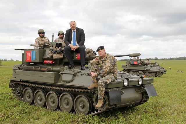 """Aizsardzības ministrs apmeklē lauka taktiskā vingrinājuma """"Zobens 2016"""" viesu dienu"""