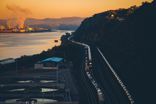 dawn ns nsfortwayneline nsftwayneline norfolksouthern pittsburgh sunrise doublestack local lowlight oiltrain railroad trains