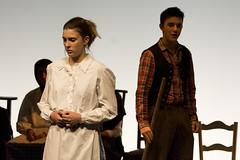 En la imagen se puede ver a varios intérpretes en un momento de la obra de teatro ofrecida el viernes 7 de octubre en el Ermua Antzokia