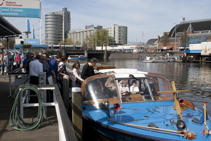 Toeristen stappen in een rondvaartboot