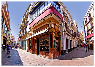 Sevilla : Sierpes con Rioja   by Lanpernas .