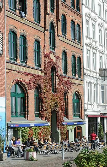 9010 Architektur am Hafenrand - Wohn und Gewerbehäuser in der St. Pauli Hafenstrasse; Strassencafe in der Sonne.