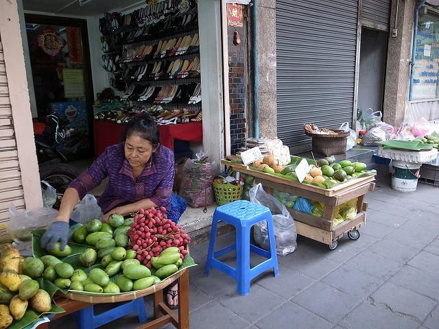 <p>g)早朝からお店が歩道に並びます</p>