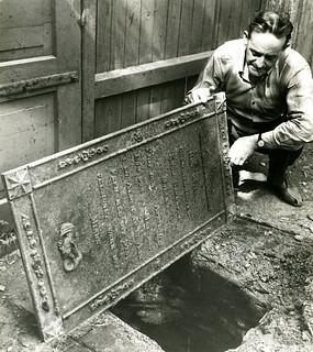 Gullsmed Knud Sørensen Møllers gravplate brukt som kumlokk (1966)