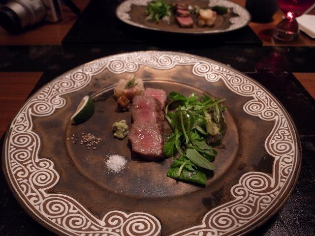 <p>h)松坂牛のサーロインステーキ、サラダはトリュフドレッシングで。</p>