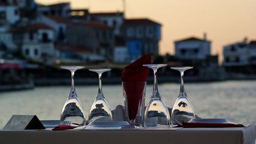 samos holiday ferie greece grækenland kokkari sun sunset sol solnedgang restaurant table reflection reflex restaurantpiccoloporto piccoloporto glas geotagged