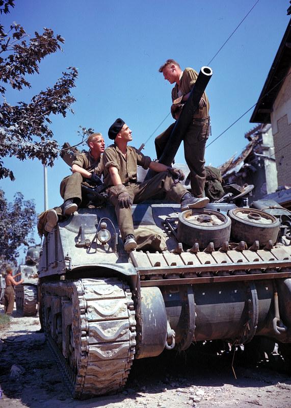 Kanadiske mannskap på en Sherman-tank