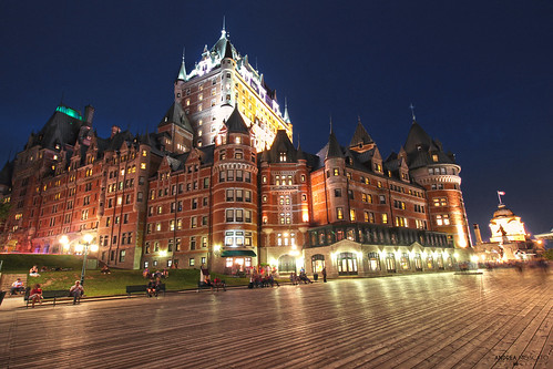 andreamoscato canada america night notte notturno dark darkness light shadow cielo city città cityscape hotel castello castle frontenac château wood legno walk walkway promenade old ancient view vivid architecture blue reflection people town tower albergo yellow red