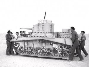 Soldados transportando un señuelo