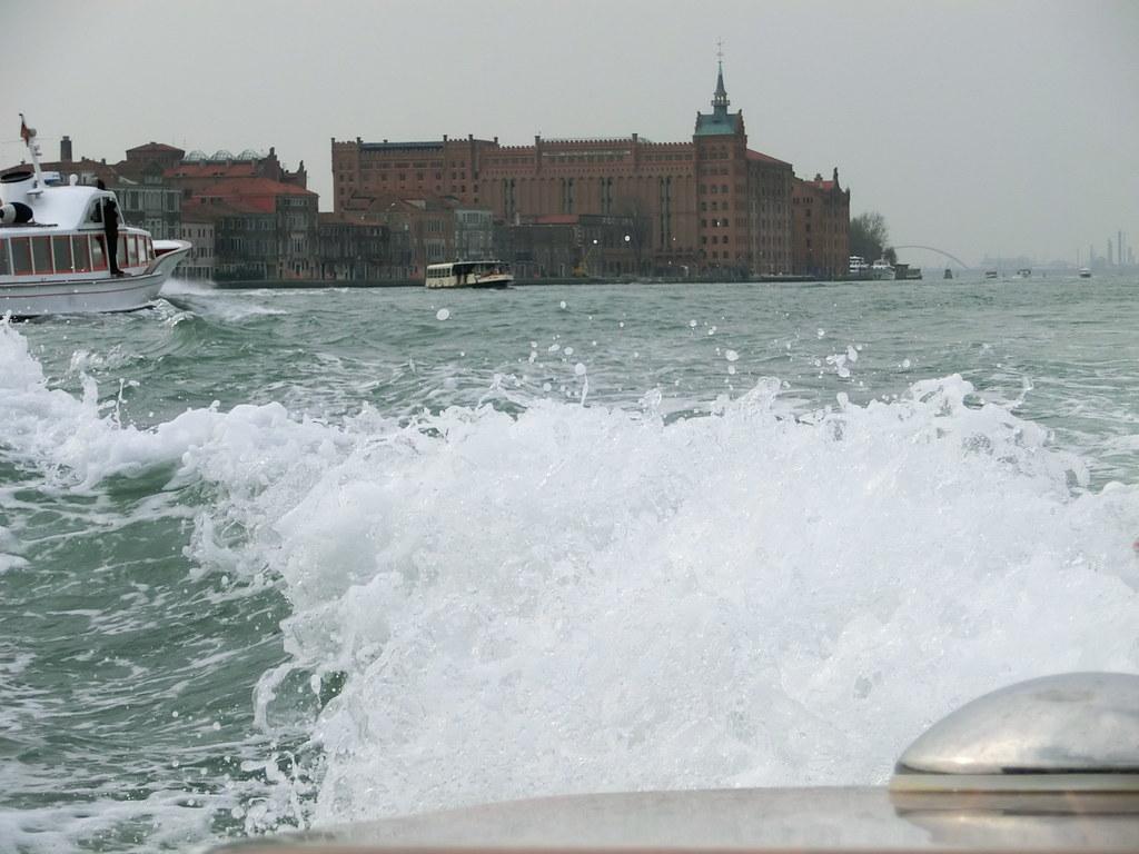 Da gibt es bessere Angebote wie Venedig an der Adria. Dann nutzt ihnen auch das geänderte Küstenschutzgesetz nichts, das eine Verlängerung des Bestandsschutzes der Küstenverbauung vorsieht. Wer bucht schon ein Hotel am Meer, wenn es dort keinen Strand gibt und man mit dem Hotelpool vorlieb nehmen muss 5222
