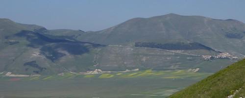 Uitzicht op de Piano Grande (hoogvlakte) met rechts op de heuvel het dorpje Castelluccio ....