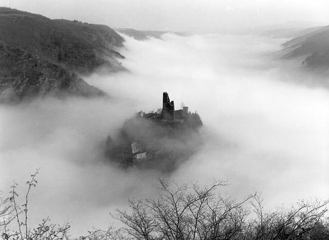 Burgruine Coraidelstein über dem Moselnebel