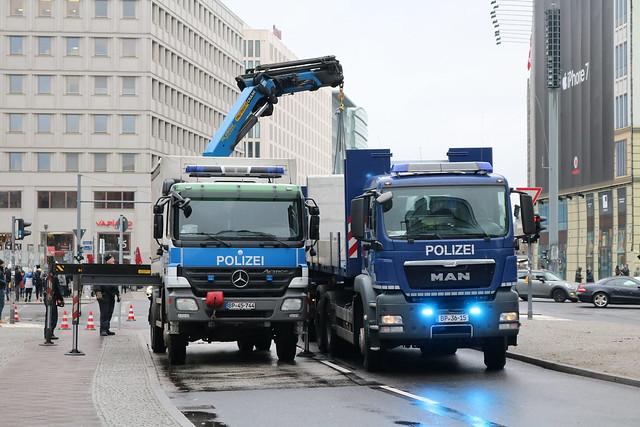 Die Bundespolizei räumt Betonblöcke vom Potsdamer Platz, die zum Schutz des Weihnachtsmarktes vor terroristischen Anschlägen dort aufgestellt worden waren