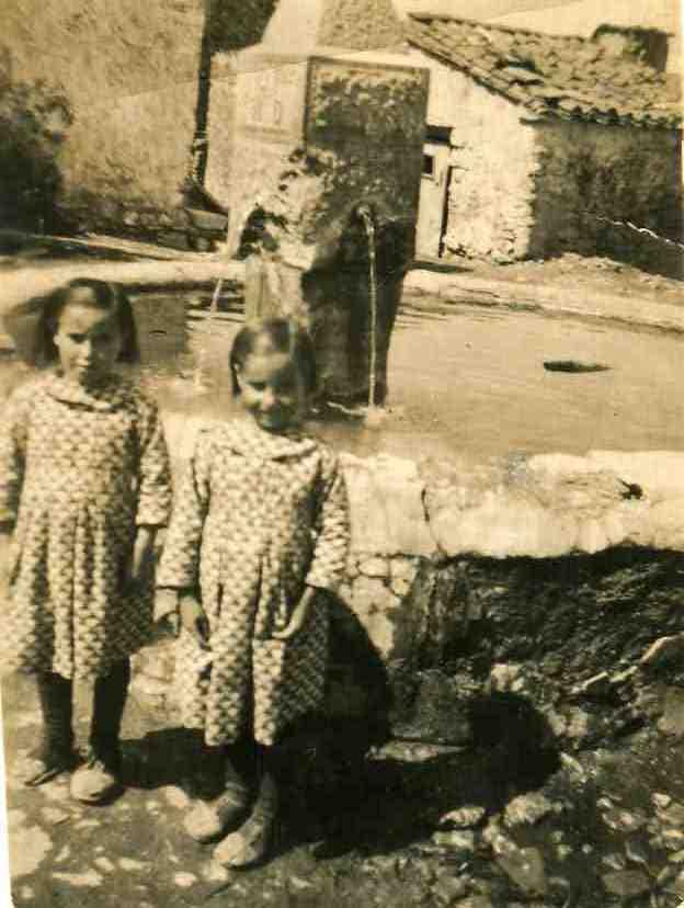 Toril. Manuela y Felipa en la fuente de la plaza. COLECCIÓN JAVIER DALDA. Comienzo de los años 40.