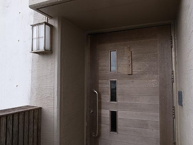 <p>d)普通のお宅の玄関</p>