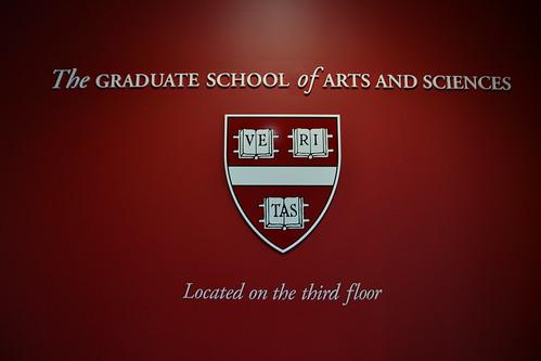 圖4.哈佛大學的校徽上拉丁文校訓Veritas,意思是真理。