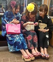 髪型から足の指先までファッショナブルにコーディネートされた浴衣姿の女性達