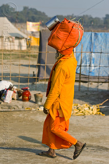 DSC09362 - Hindu Pilgrim Walking with Bag on Head (India) | by loupiote (Old Skool) pro