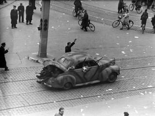 Frihedskæmpere i tysk personbil på Rådhuspladsen i København d. 5. maj 1945