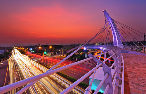 road bridge sunset architecture traffic 夕陽 rushhour 橋 lighttrail 天橋 光雕 車軌 台中航空站