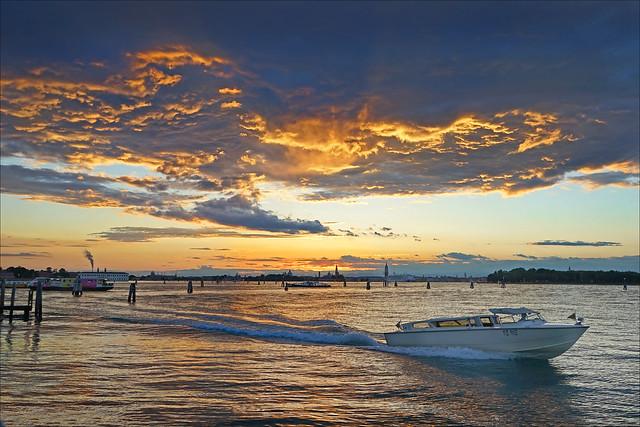 La lagune de Venise au crépuscule.