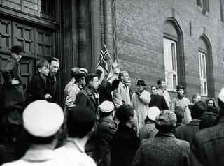 Demonstration mod Danmarks tilslutning til antikominternpagten. Demonstranter på trappen til Københavns Rådhus d. 25. november 1941
