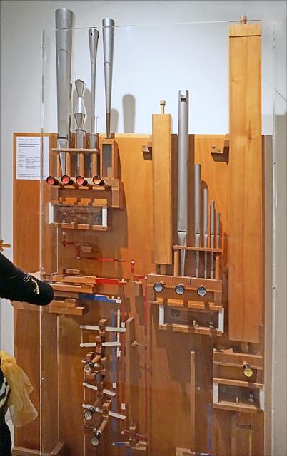 Dispositif pédagogique sur le fonctionnement d'un orgue à tuyaux (Musée de la musique, Bâle)